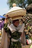 Lokalt folk på marknaden i staden av Lalibela, Etiopien Arkivfoto