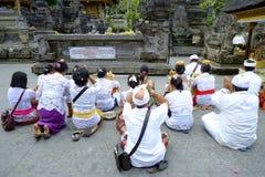 Lokalt folk som ber på den heliga templet Pura Tirtha Empul för vårvatten Royaltyfri Foto