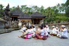 Lokalt folk som ber på den heliga templet Pura Tirtha Empul för vårvatten Arkivfoto