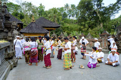 Lokalt folk som ber på den heliga templet Pura Tirtha Empul för vårvatten Royaltyfri Bild