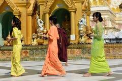 Lokalt folk som ber på den Shwedagon pagoden Arkivbild