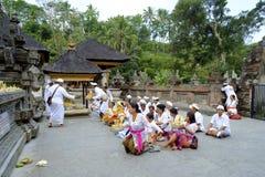 Lokalt folk som ber på Pura Arkivfoto