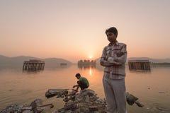Lokalt folk som besöker slotten Jal Mahal Arkivfoton