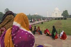 Lokalt folk som besöker slotten Jal Mahal Royaltyfri Bild