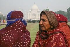 Lokalt folk som besöker slotten Taj Mahal Fotografering för Bildbyråer