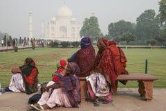 Lokalt folk som besöker slotten Taj Mahal Royaltyfri Fotografi
