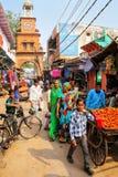 Lokalt folk som går till och med gatamarknad i Fatehpur Sikri, Ut Royaltyfria Bilder
