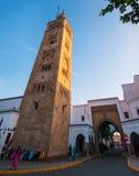 Lokalt folk som sitter bredvid en moské i Habous Fotografering för Bildbyråer