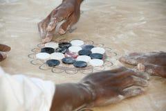Lokalt folk som spelar leken av Carrom eller Karrom, på staden av Al Wassi, Oman Arkivbild