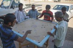 Lokalt folk som spelar leken av Carrom eller Karrom, på staden av Al Wassi, Oman Arkivfoton