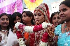 Lokalt folk under traditionellt indiskt hinduiskt bröllop Arkivbilder