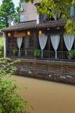 Lokalt hotell vid kanalen i Suzhou Royaltyfria Bilder