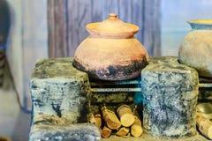 Lokalt kökområde för tappning med den gamla porslinkrukan på antikviteten arkivbild