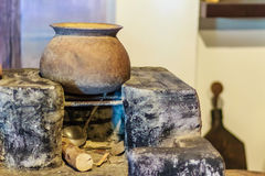 Lokalt kökområde för tappning med den gamla porslinkrukan på antikviteten arkivbilder