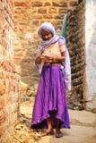 Lokalt kvinnaanseende i en smal gata i Fatehpur Sikri, Uttar Royaltyfria Bilder