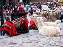Lokalt kvinnahandarbete i gatan föreställer den lokala traditionen i Cuzco Royaltyfri Bild