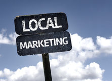 Lokalt marknadsföringstecken med moln och himmelbakgrund arkivfoto