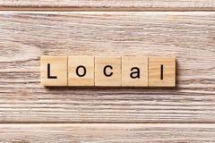 Lokalt ord som är skriftligt på träsnittet lokal text på tabellen, begrepp arkivfoton