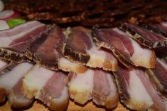 Lokalt organiskt stycke för matbegrepp av bacon eller pamaskinka på träbräde arkivfoton