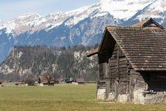 Lokalt schweiziskt fjällängberglandskap av lite byn nästan Brienz, Schweiz fotografering för bildbyråer