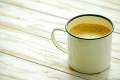 Lokalt thailändskt varmt kaffe i exponeringsglaset, thailändsk stil för antikviteter i coffe arkivbild