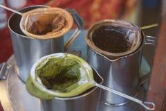 Lokaluppsättning av danande av te, lokaluppsättning av danande av te, kaffe, grönt te på en metallkruka, thai tappning, grönt te  Royaltyfria Foton