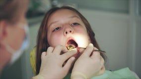 Lokalvård av tänder i tand- kabinett Tandläkaretvagningtänder arkivfilmer