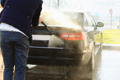 Lokalvård för biltvagning med skum och högt pressat vatten royaltyfri fotografi