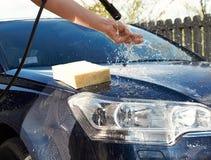 Lokalvård för biltvagning med skum och vatten Royaltyfria Bilder