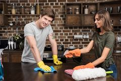 lokalvård för den unga mannen och kvinnabordlägger tillsammans i kök arkivbilder