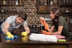 lokalvård för den unga mannen och kvinnabordlägger tillsammans i kök arkivfoto
