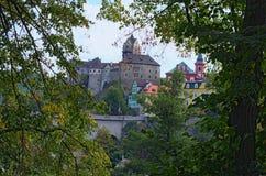 Loket城堡美丽的景色与五颜六色的大厦的在夏天晴天之前 波希米亚,索科洛夫, Karlovarsky地区,捷克 免版税库存图片