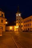 Loket huvudsaklig fyrkant, liten stad på natten Arkivfoto