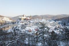 Loket stad i vintern, Tjeckien med slottsikt Arkivfoto