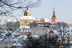 Loket stad i vintern, Tjeckien med slottsikt Arkivbild