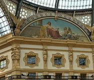 Lokk interior hermoso en Vittorio Emanuele en Milano imagen de archivo