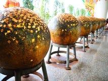 Loknimit, pedras redondas do limite cobertas com o ouro minúsculo chapeou FO Imagens de Stock Royalty Free
