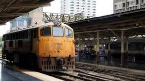 Lokomotiv 4013 ankommer den Bangkok Hua Lamphong stationen arkivfilmer