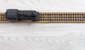 lokomotiv för ånga för 50-taltappningmodell på stängerna Arkivbild