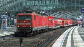 Lokomotiv för DB för grupp 143 elektrisk i push-handtag uppsättningkonfiguration i den Berlin Central terminalen fotografering för bildbyråer