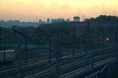 Lokomotiv i rörelse, järnväg i aftonen royaltyfri bild