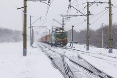 Lokomotiv i snöhäftig snöstorm Royaltyfri Fotografi
