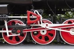 Lokomotiv-monumentet L-3291 Kraftig härlig rysk lokomotiv Rullar närbild Ångamotor arkivfoto