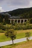Lokomotiv på en viadukt Arkivbilder
