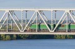Lokomotiv que pasa el puente sobre el río en verano Imágenes de archivo libres de regalías