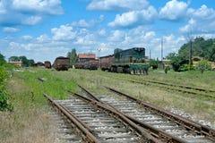 Lokomotiv, vagnar och arbetare Arkivbild