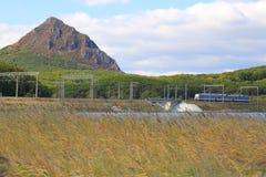 Lokomotive auf Gleis Stockbild