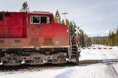 Lokomotive am Bahnübergang Stockfotografie