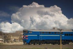 Lokomotive, die irgendwo läuft Lizenzfreies Stockfoto