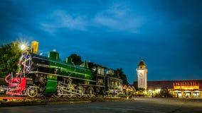 Lokomotive und Bahnstation Lizenzfreies Stockbild